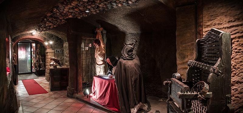 В музее Пыток. Для наглядности в оформлении использованы муляжи истерзанных тел, кости и черепа, но их совсем немного, чтобы не производить отталкивающего впечатления