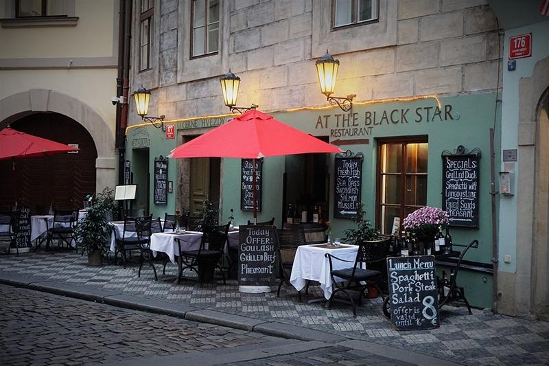Кафе с красными зонтиками в старой Праге