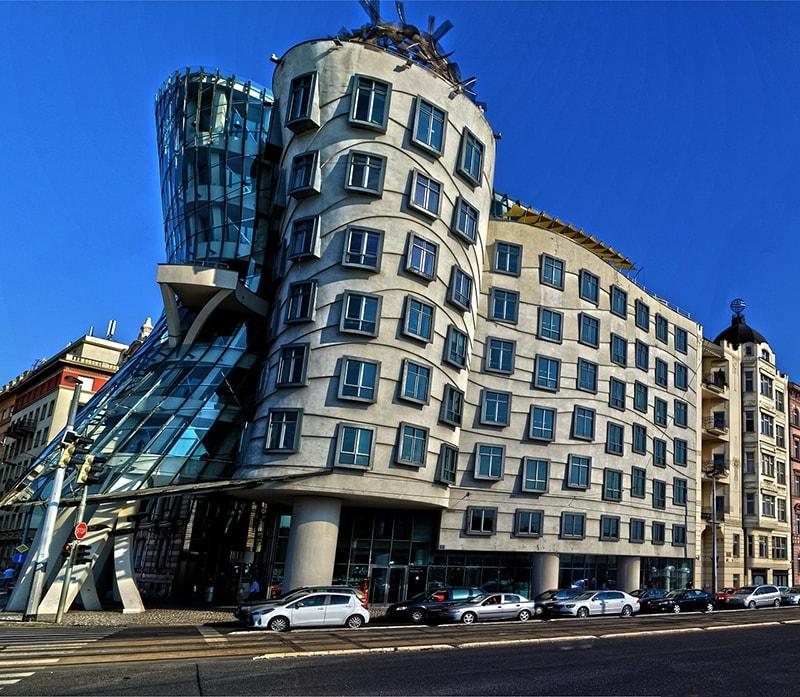"""""""Танцующий дом"""" - один из ярких символов Праги. Его еще называют """"Джинджер и Фред"""" - в честь знаменитых танцовщиков Фреда Астера и Джинджер Роджерс"""