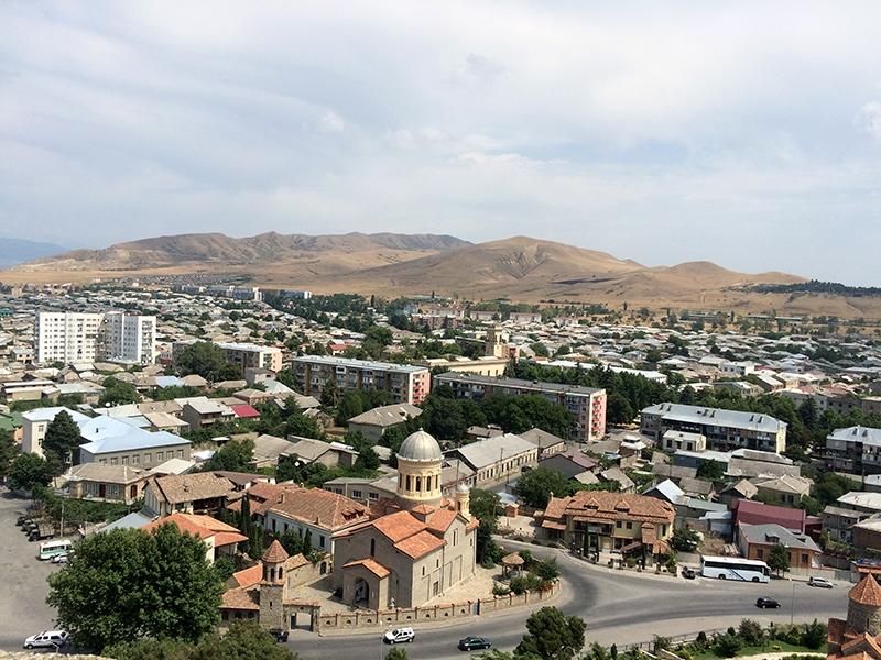 Вид из крепости на Гори
