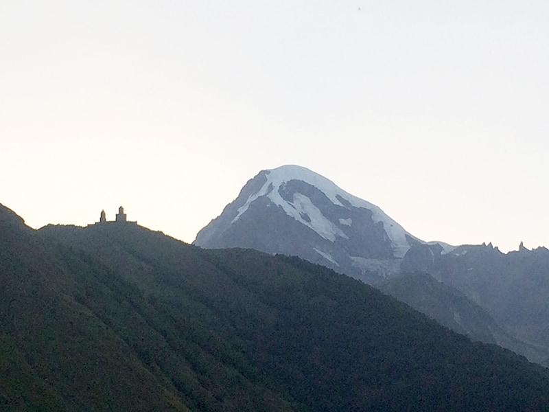 Заснеженная вершина Казбека на фото не так эффектна, как в реальности