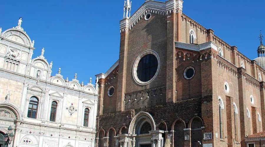 «Дзаниполо»— типично венецианское сокращение, венецианцы издавна любят сокращать. Полное название звучит как «Собор Святых Джованни иПаоло»