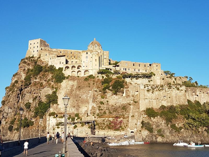 Арагонский замок - главная иединственная историческая достопримечательность острова Искья