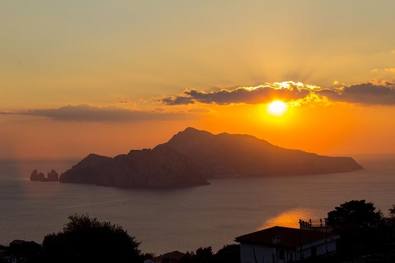 Сказочно-прекрасный закат на острове Капри (Италия)