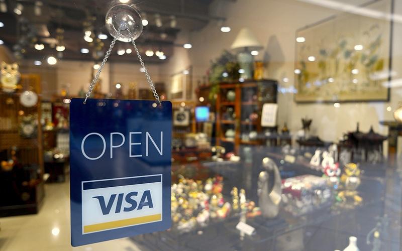 Узнать о том, что к оплате принимают карты можно по специальным наклейкам на входе и в районе кассы с изображением логотипов платежных систем