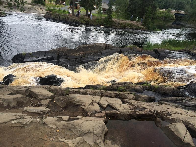 Особенностью водопадов считается бурый цвет воды, получивший такую окраску из-за большого содержания солей железа