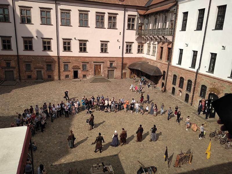 Во внутреннем дворике Мирского замка 1 мая проходили какие-то театрализованные средневековые игрища, а также выступление польских музыкантов