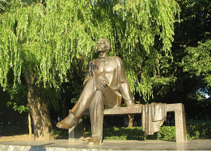 При входе в парк вас встречает огромная скульптура Максима Горького, которая отличается какой-то несоразмерностью пропорций