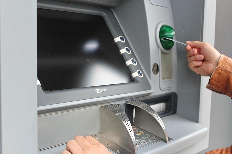 Как защитить карту от мошенников, если снимаю деньги в банкомате