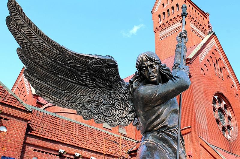 Скульптура Архангела Михаила, пронзающего копьем змея, возле костела Св. Симеона и Елены. Памятник установлен в 1996 г.