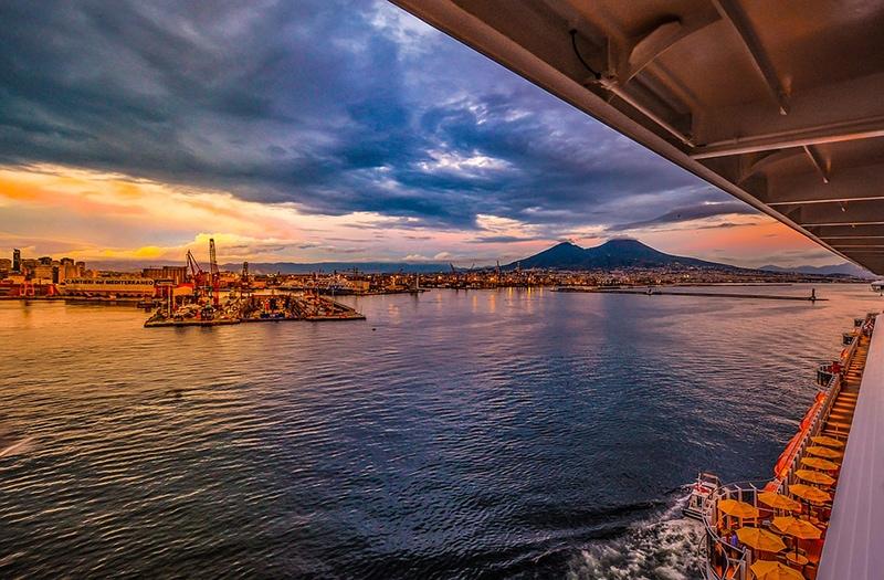 Вид на Везувий и портовую гавань в закатных лучах