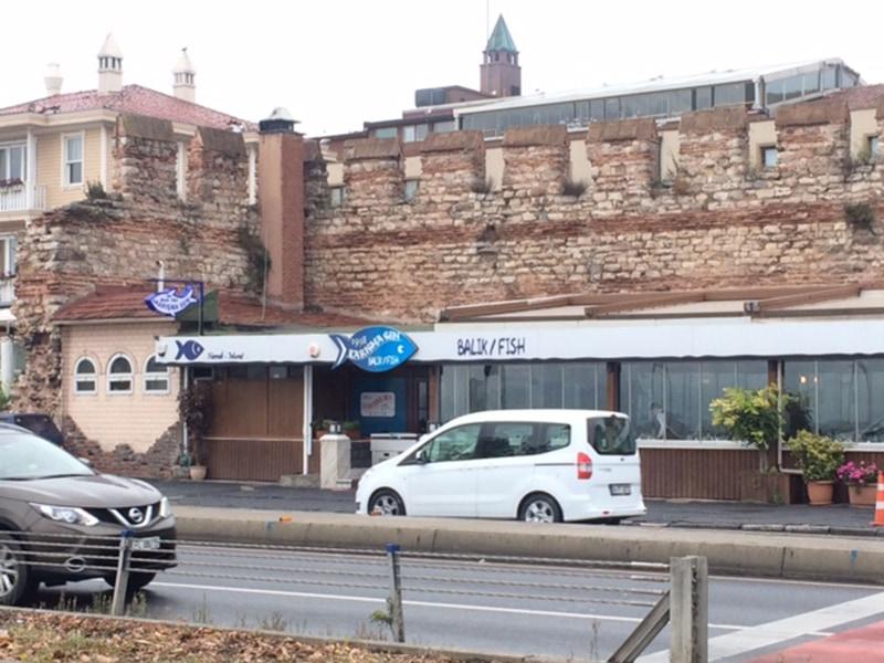 Рыбный ресторан на берегу пролива под стенами древнего Константинополя