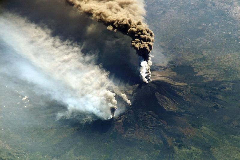 Извержение вулкана Этна - съемка 2002 года