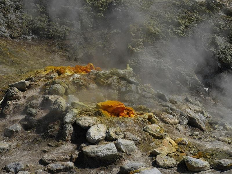 Фумарола— отверстия или трещины вкратере вулкана, через которое выходит газ или пар