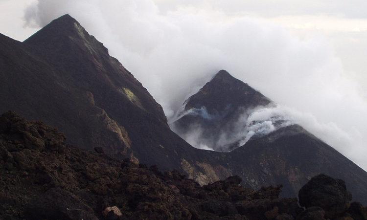 5 действующих вулканов Италии, на которые можно подняться