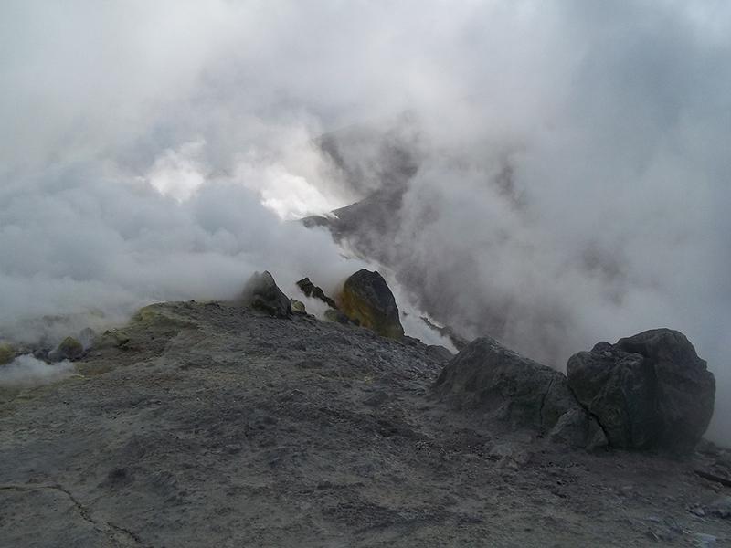На Вулкано дымит неосновной кратер, аодин избоковых