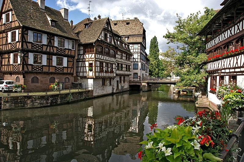 Каналы, мостики и дома в стиле фахверк - визитная карточка столицы Эльзаса