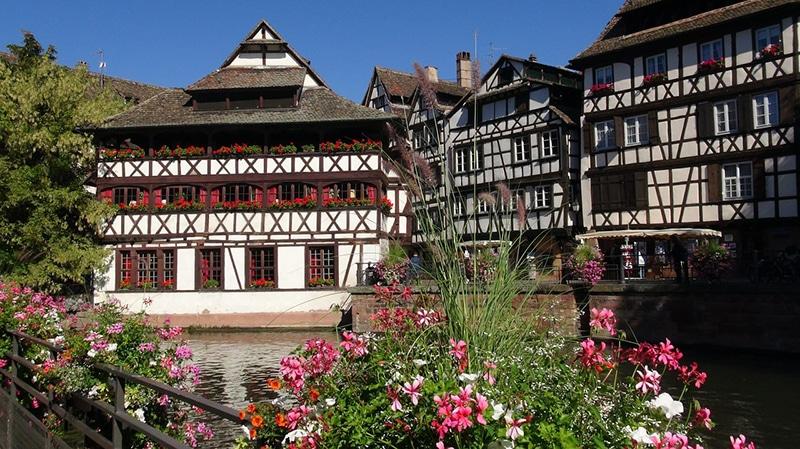 Стиль Фахверк появился в Германии в XV веке. Это способ строения, когда конструкция из несущих вертикальных столбов и наклонных распорных балок, видна с наружной стороны дома