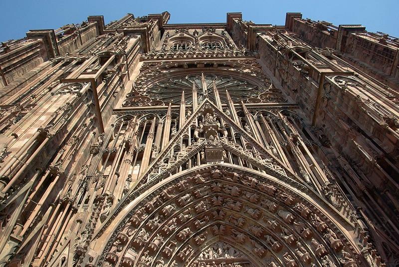 Величественное готическое сооружение из красного песчаника - главное украшение города