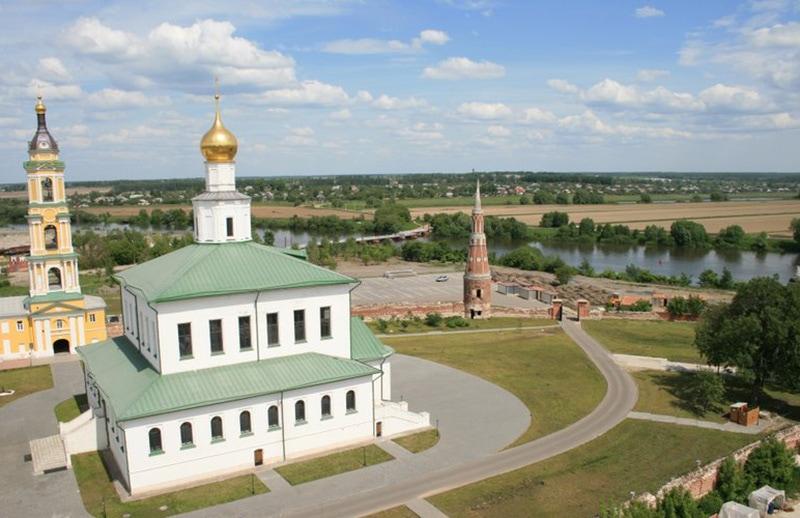 Старо-Голутвин монастырь расположен на окраине города — в месте слияния рек Ока и Москва