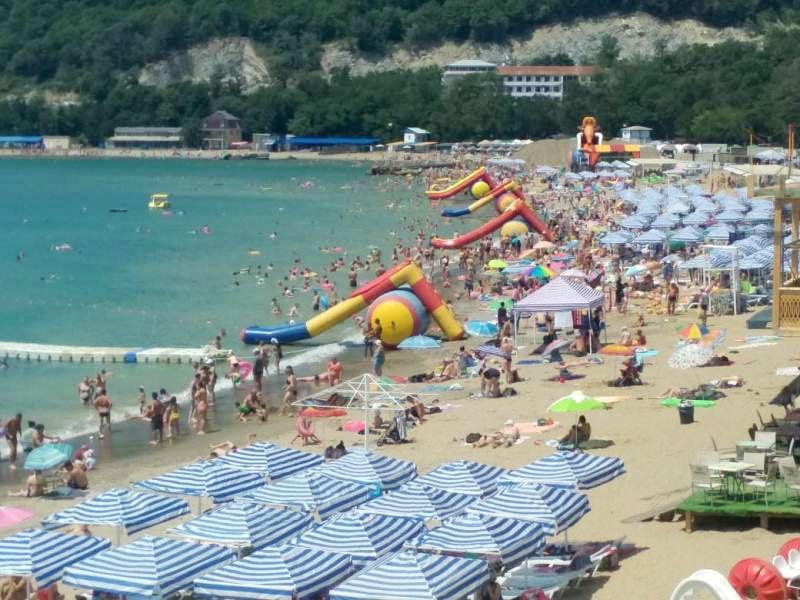 Не будем лукавить, в сезон пляжи курорта выгядят примерно так