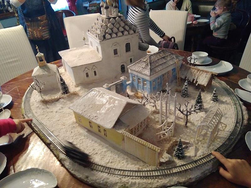 """Новогодняя программа в Музее пастилы называется """"Любовь к трем яблокам и одному апельсину"""". На фото - рождественский поезд с макетом этой части города. Сразу можно узнать храм Николы на Посаде. Он нахдится напротив Музея пастилы"""