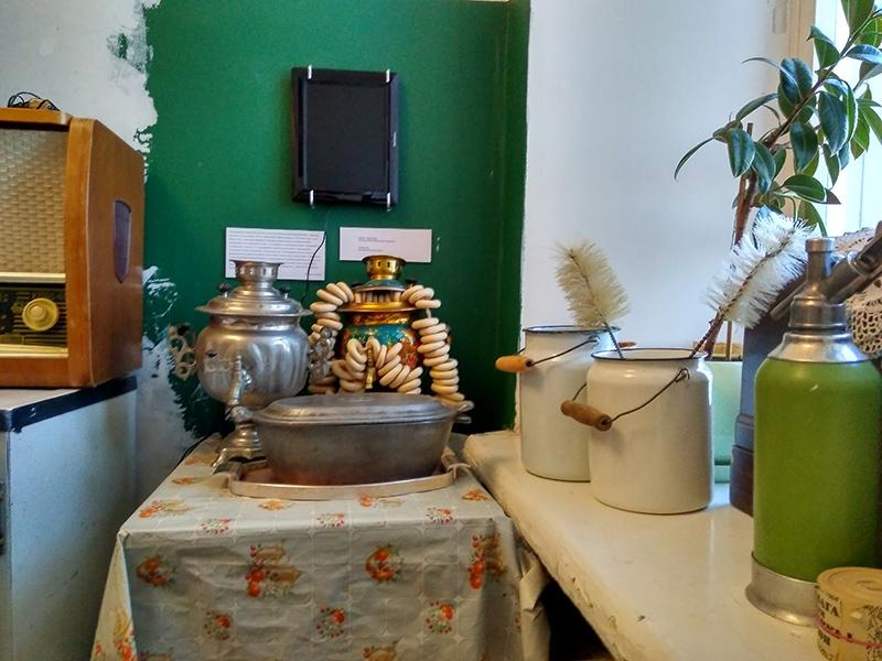 Электрический самовар, утятница, бидоны с ёршиками для мытья банок и непременная клеенка - вот нехитрые атрибуты коммунальной кухни 60-х годов прошлого века