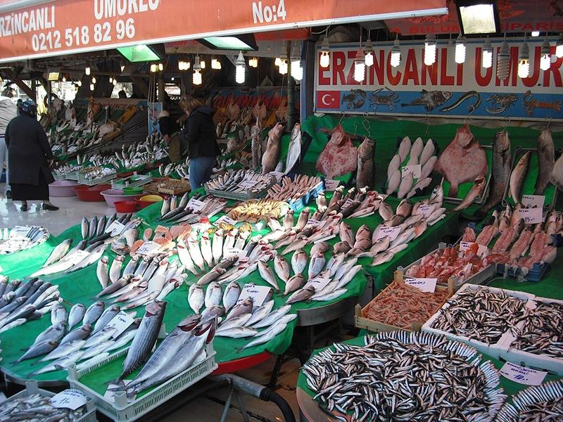 Разнообразие свежей рыбы на стамбульском рынке
