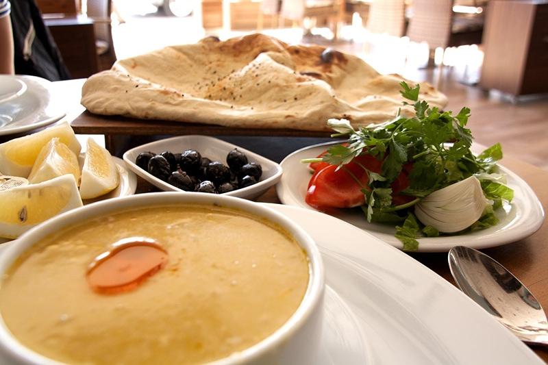 Турецкая трапеза часто начинается с наваристых первых блюд и мезе - традиционных закусок