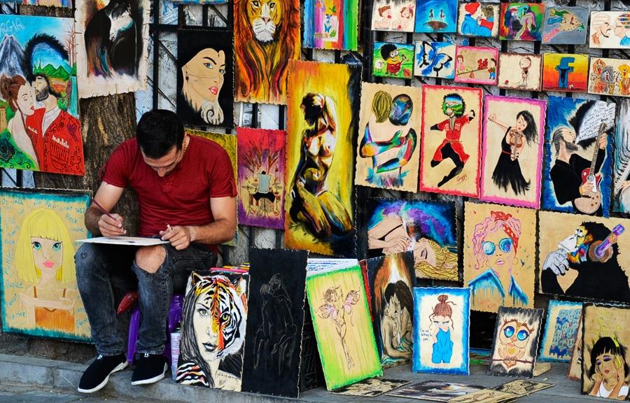 Уличный художник в кварталах Старого города