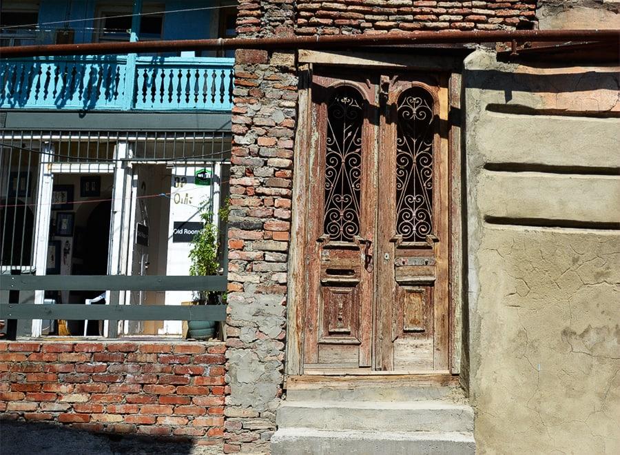 Деревянные двери и балкончики старинных домов - особая достопримечательность города