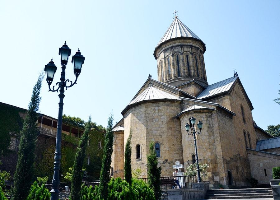 Кафедральный собор Сиони рядом с музеем истории Тбилиси