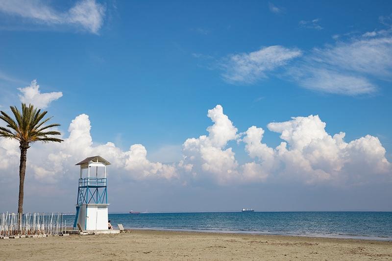 Ларнака расположена в южной (греческой) части Кипра. Это самый крупный международный аэропорт острова. Из Ларнаки удобно добираться до других курортов южного побережья Кипра - Айя Напа, Протарас, Лимассол и др.