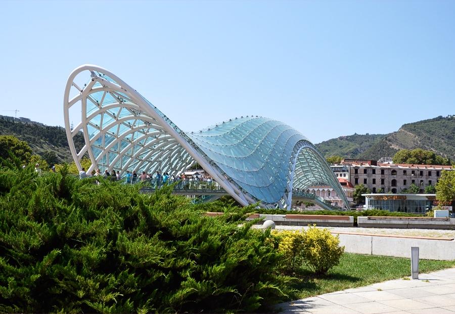 Мост Мира - яркий современный объект, быстро ставший популярной достопримечатльностью Тбилиси