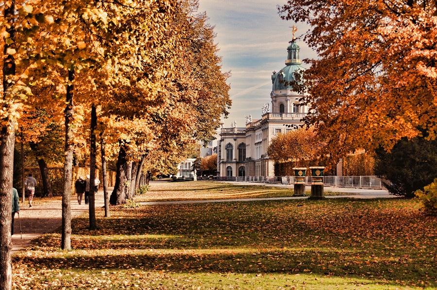 Дворцовый комплекс Шарлоттенбург в окружении ярких осенних красок
