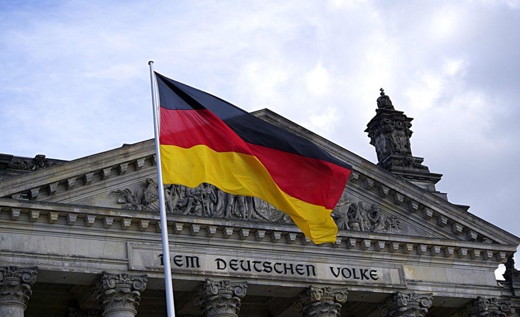 Флаг Германии на фоне Рейхстага