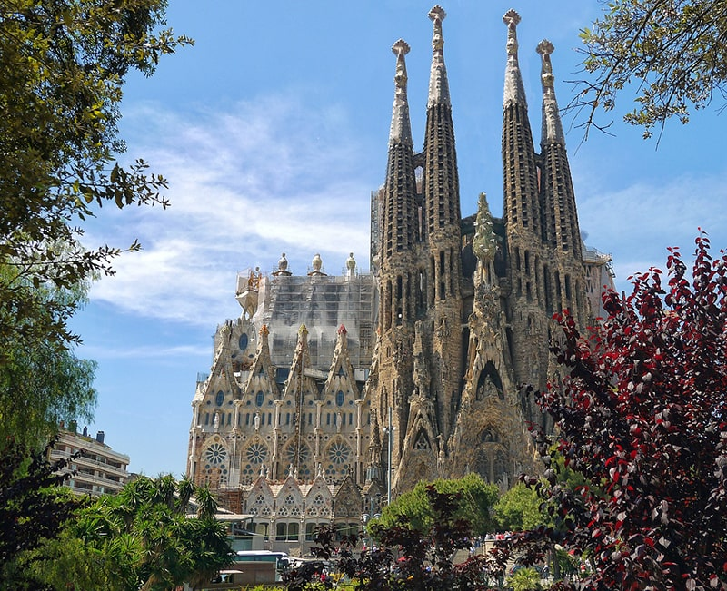 Легендарный собор Саграда Фамилия - место паломничества туристов со всего мира