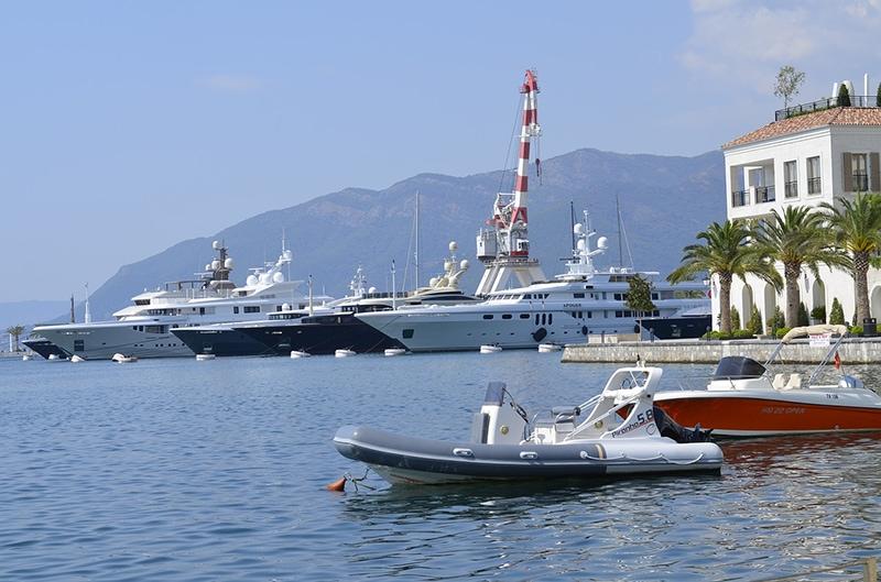 Тиват стоит на побережье живописного Бока-Которского залива, на полуострове Врмац. Это один из двух аэропортов Черногории. Второй аэропорт находится в Подгорице