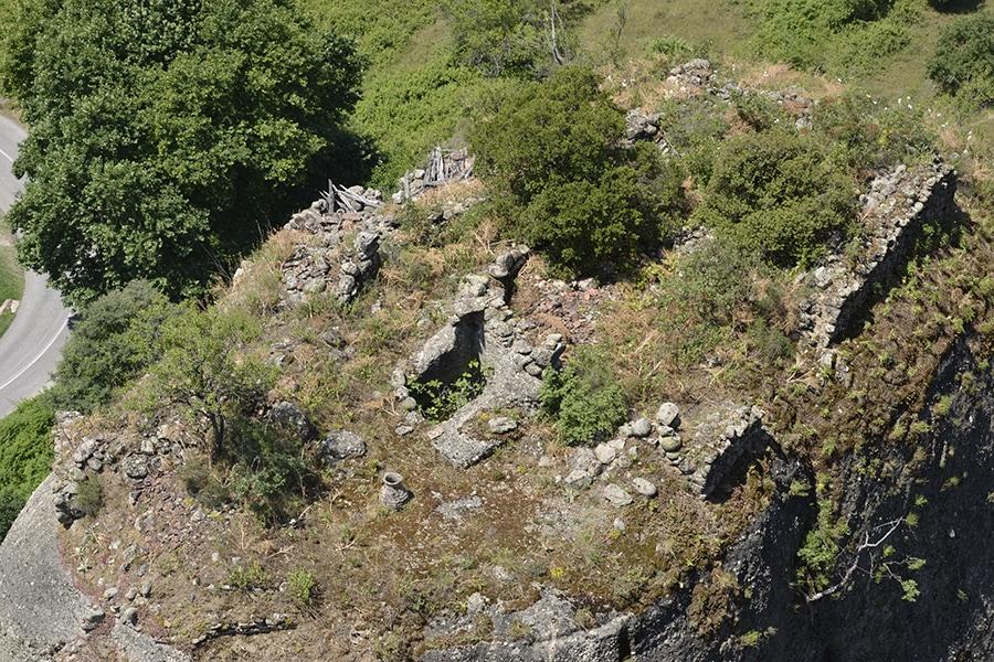 Если будете смотреть вниз со смотровой площадки монастыря, то на соседней скале увидите развалины