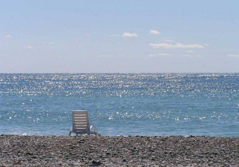 Море и одинокий шезлонг (фото с сайта пансионата «Звездный»)