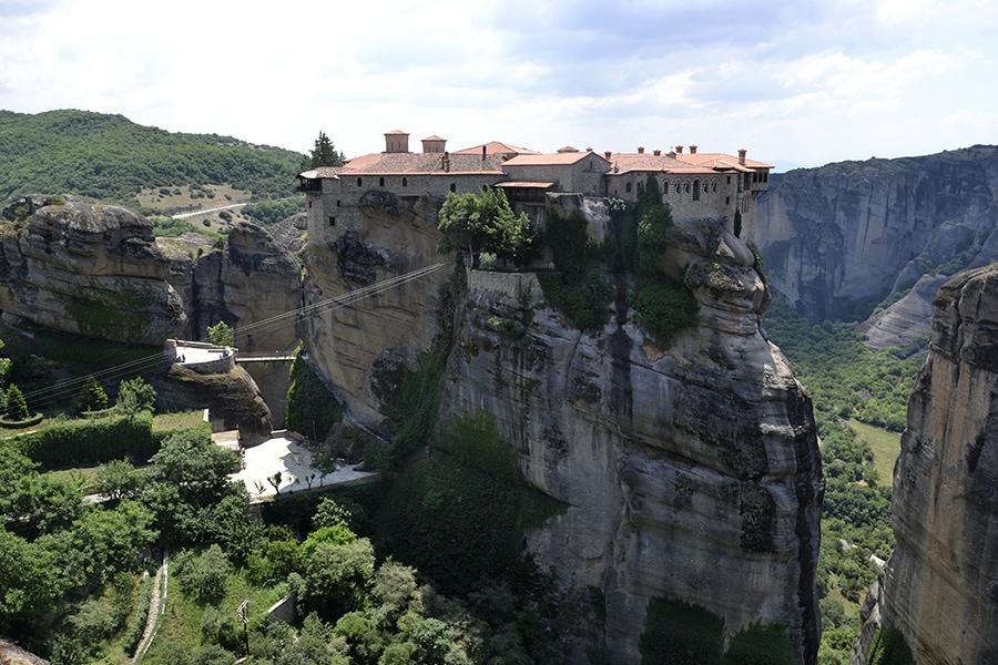 Монастырь Варлаама величественно возвышается на скалах, парит в воздухе