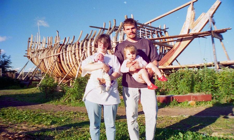 Владимир с семьей на фоне будущего «Штандарта»