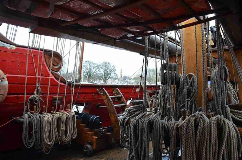 Главная палуба фрегата «Штандарт». Виден такелаж грот-мачты