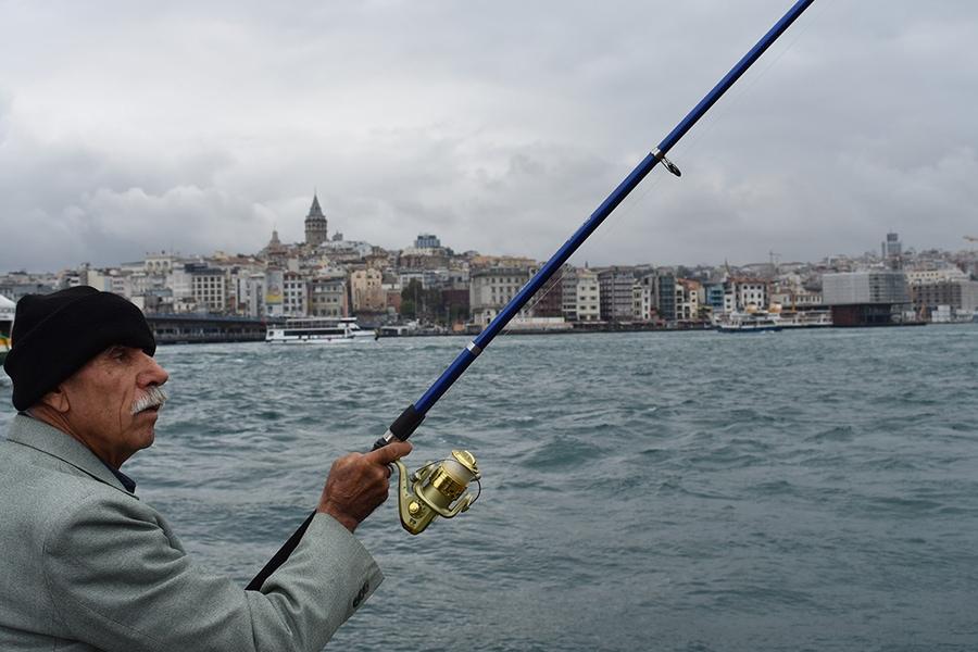 Рыбак на фоне бухты Золотой Рог