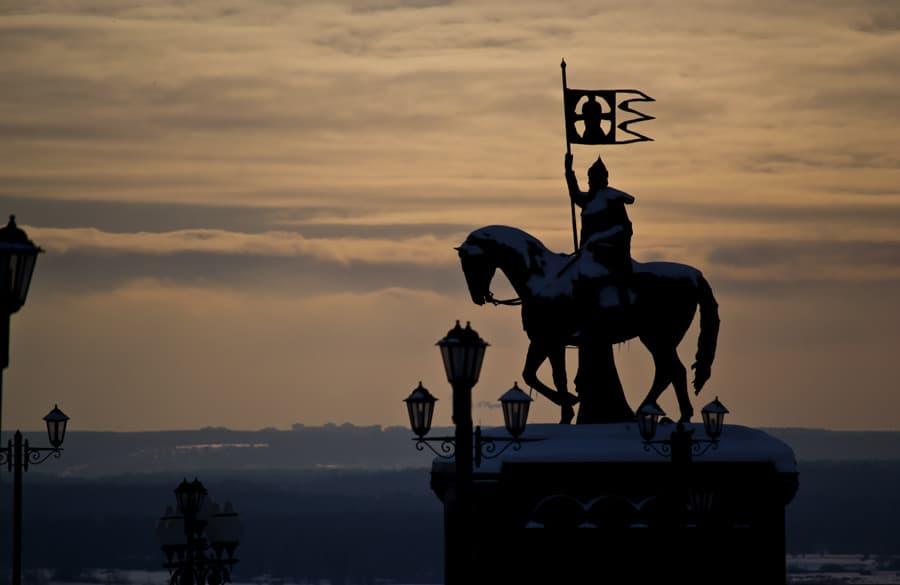 Памятник Владимиру около Успенского собора