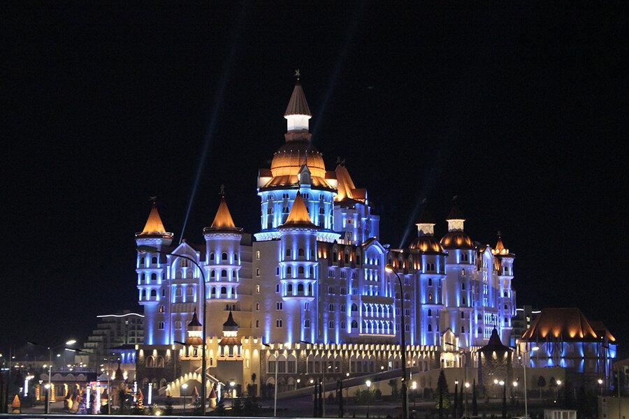 """Имеретинский курорт: Отель """"Богатырь"""" в Олимпийском парке в лучах неоновой подсветки выглядит как сказочный дворец"""