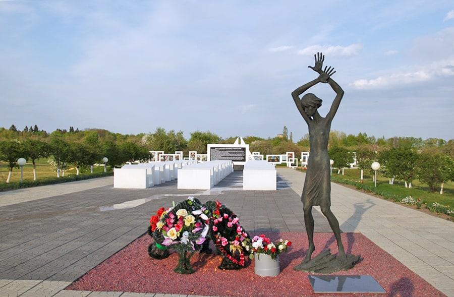 Памятник детям-жертвам войны при входе на территорию мемориала, где находился детский концлагерь