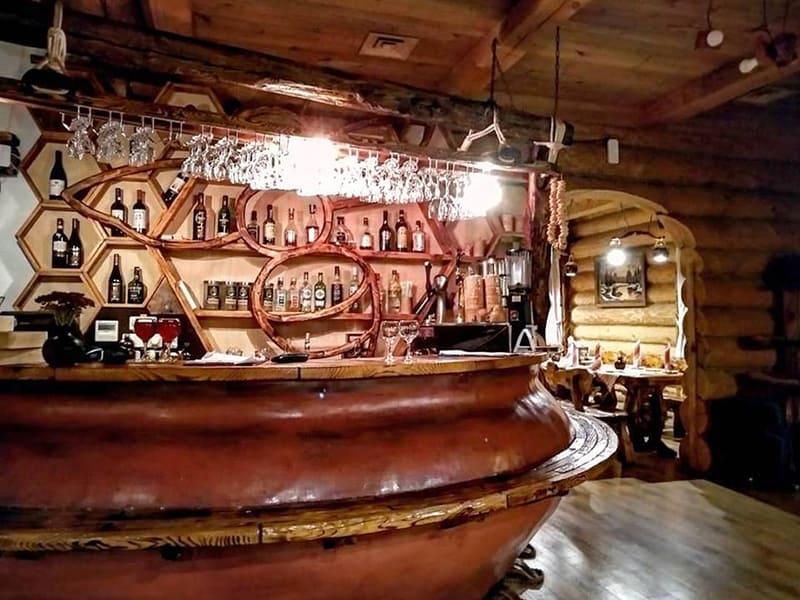 Оригинально оформленная барная стойка ресторана - в виде большого глиняного горшка и сот/фото с официальной странички на fb