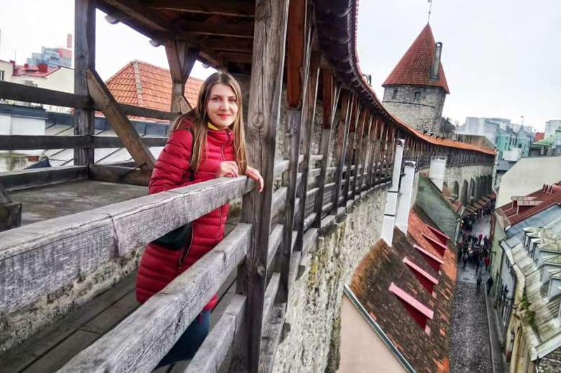 Город окружен старыми крепостными стенами, по которым можно побродить за символическую плату 2 € и оценить средневековое величие Таллина с высоты