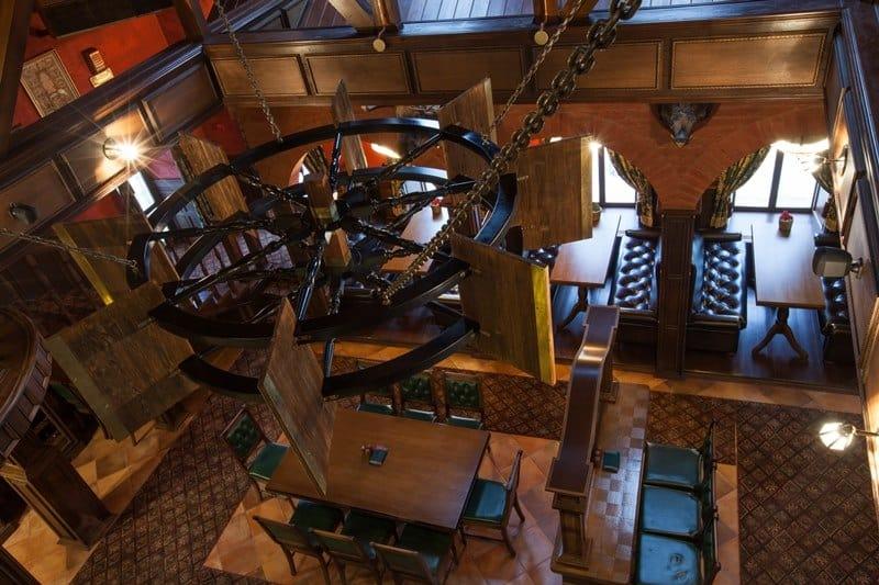 Ресторан соединяет интерьер охотничьего домика, атмосферу элитного английского клуба и демократичного ирландского паба. Достопримечательности неподалёку: Успенский и Дмитриевский соборы